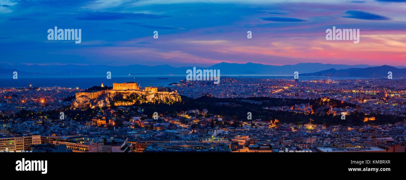 Panorama cityscape con la città capitale di Atene in Grecia, di notte Immagini Stock