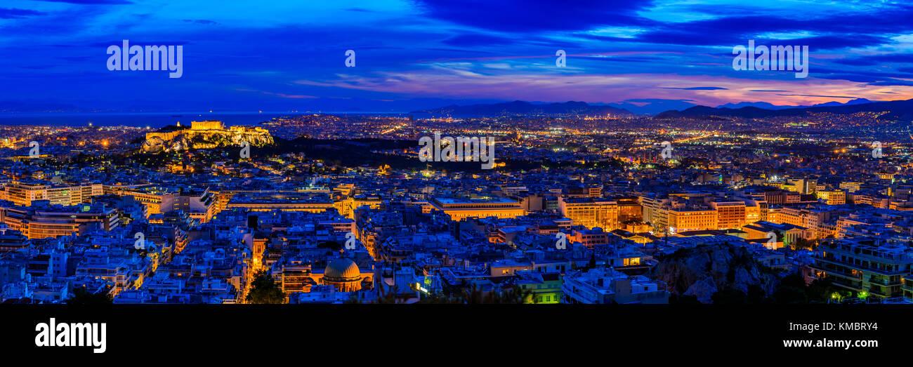 Panorama con Atene in Grecia durante la notte Immagini Stock