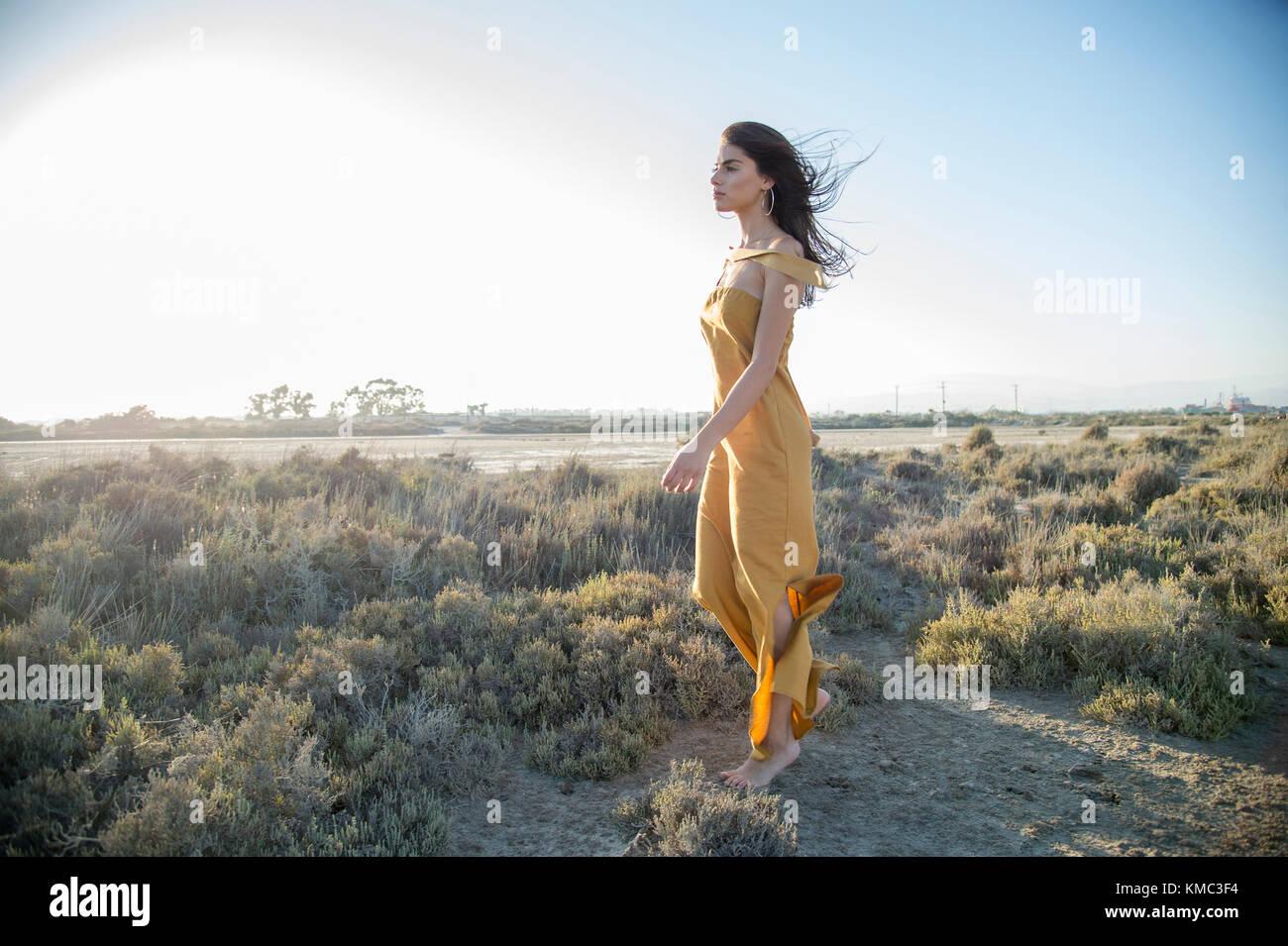 Sognare Di Camminare Scalzi giovane donna camminare a piedi scalzi da soli in natura