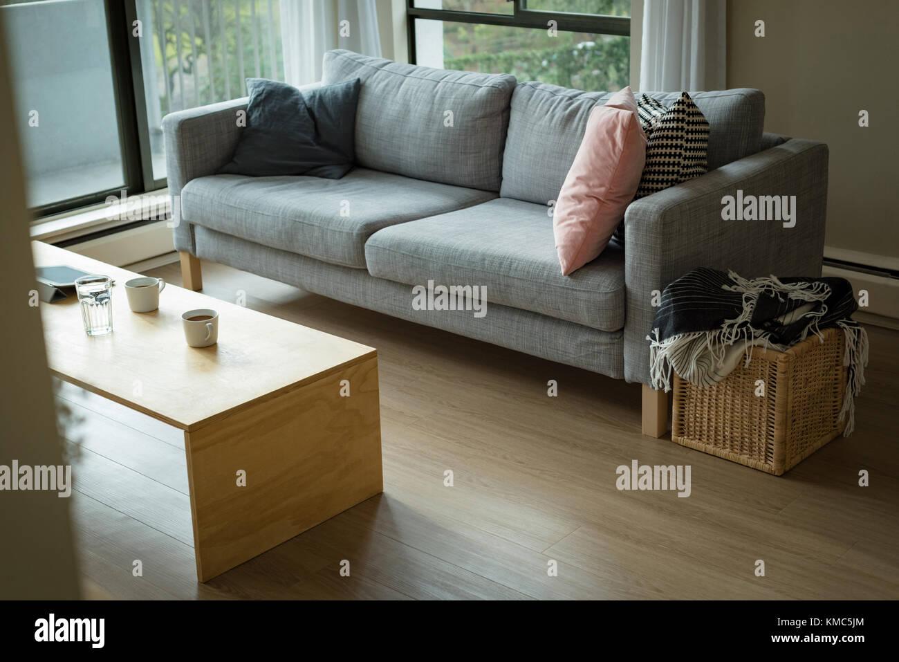 Soggiorno con divano e tavolo a casa Immagini Stock