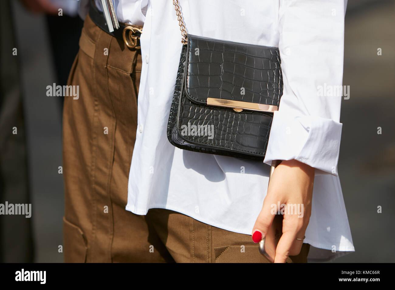 Milano - 23 settembre  donna con coccodrillo nero giacca di pelle marrone e  pantaloni gucci 4c6c69208915