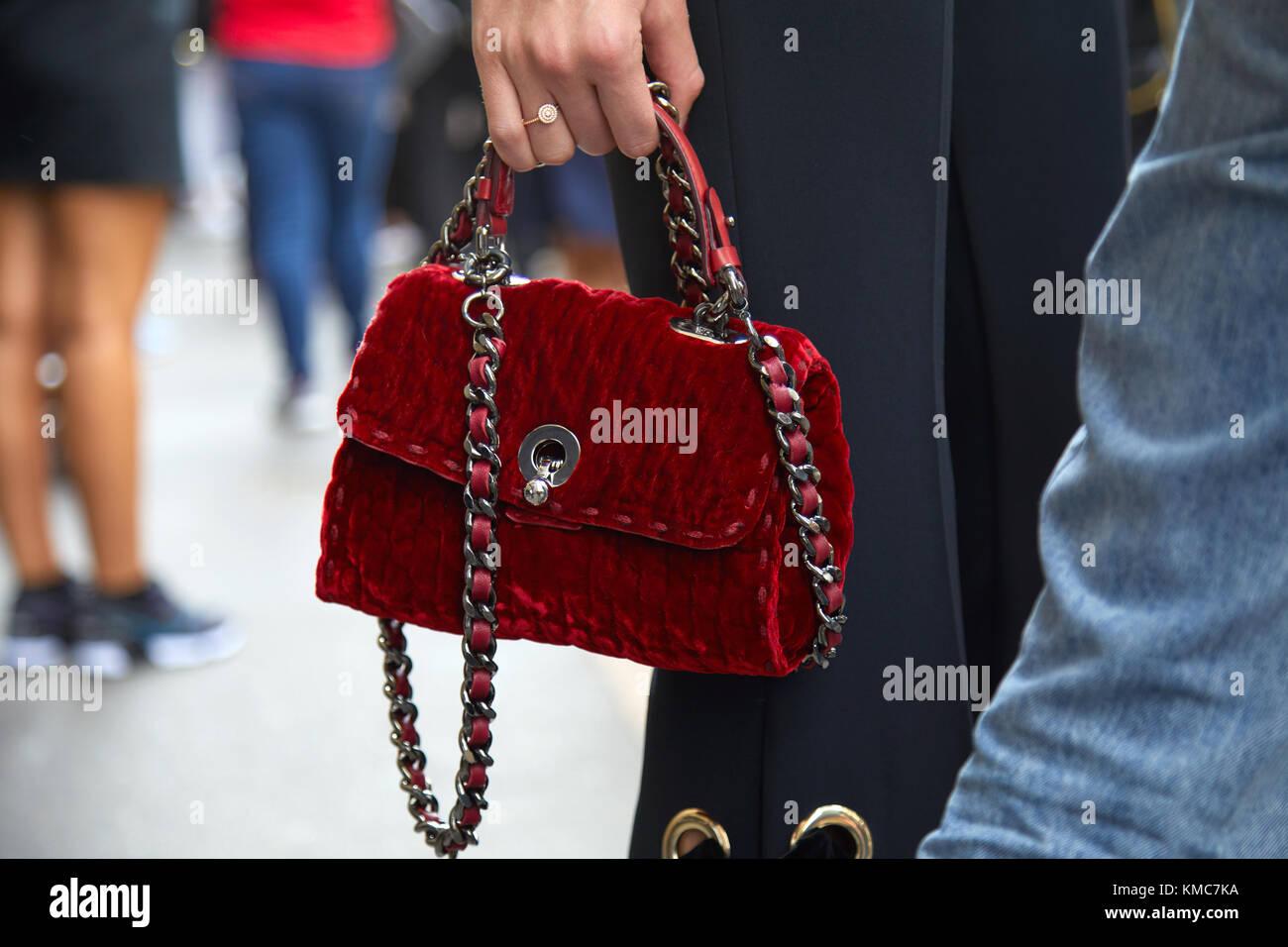 Milano - 23 settembre  donna con piccola borsa con il rosso scuro in velluto  e 82c0e10e7719