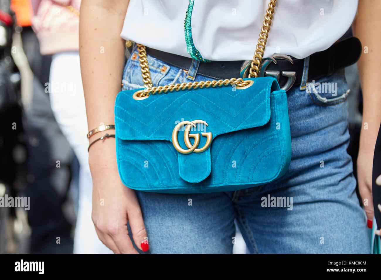 Milano - 23 settembre  donna con luce blu velluto gucci borsa con catena  dorata e la cinghia prima di Ermanno scervino fashion show bf8f6a97d8c9