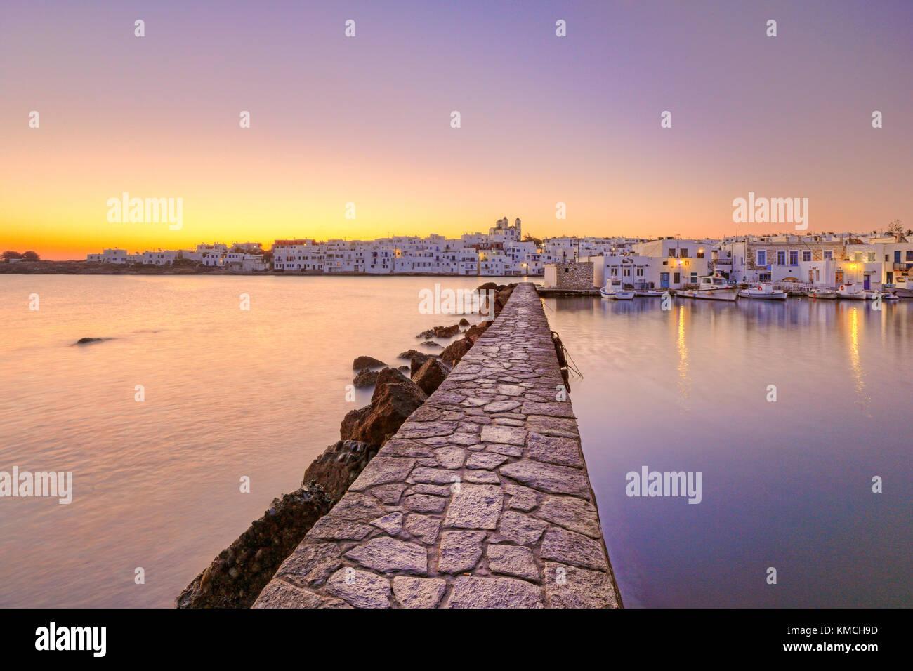 Il sorgere del sole al porto di naousa nell isola di Paros, Grecia Foto Stock
