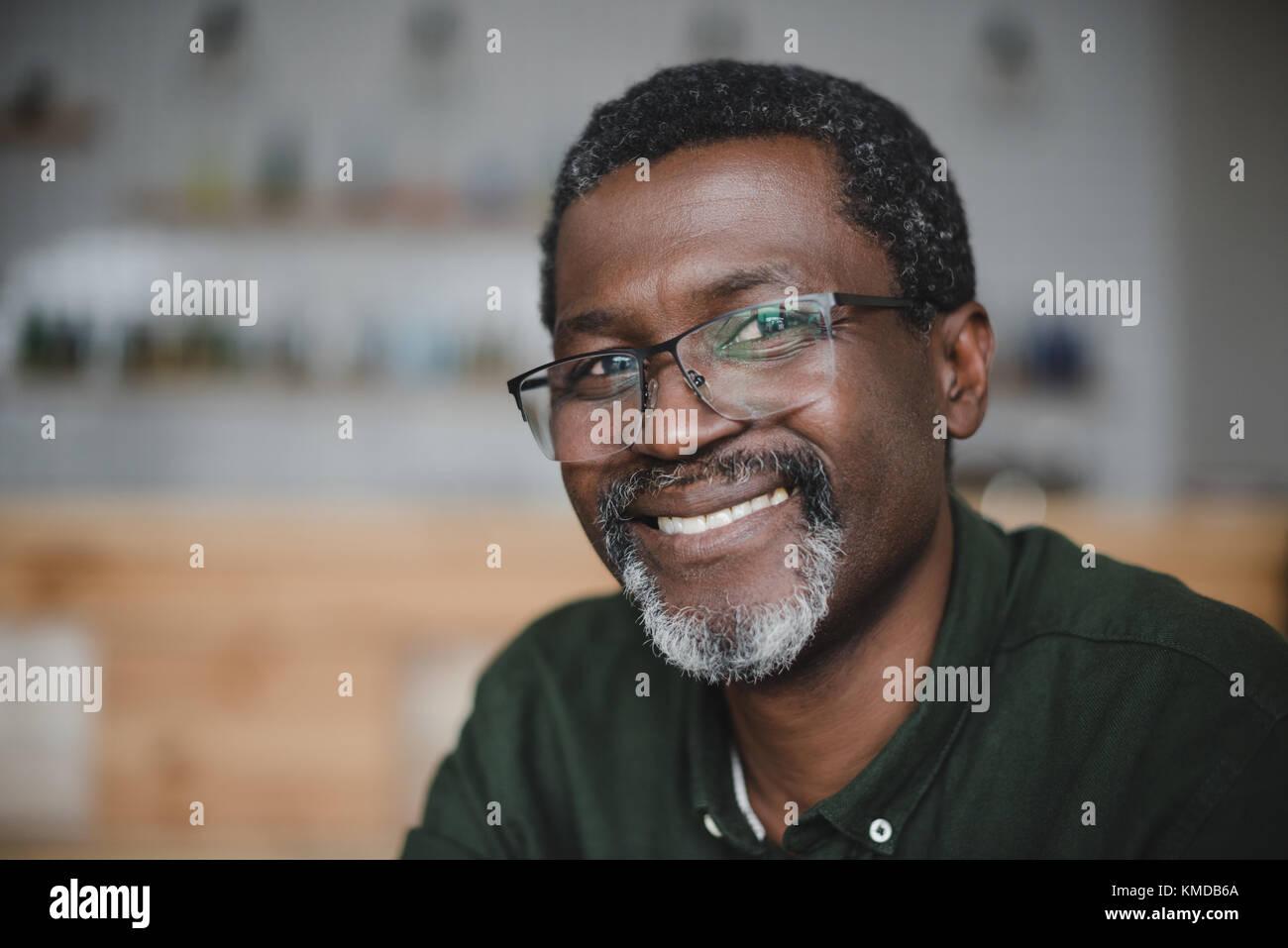 Coppia African American uomo in bar Foto Stock