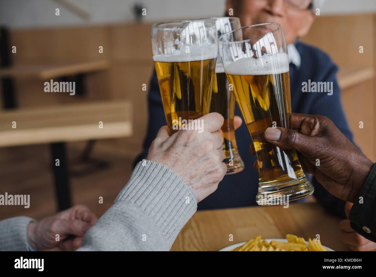 Amici bicchieri tintinnanti Immagini Stock