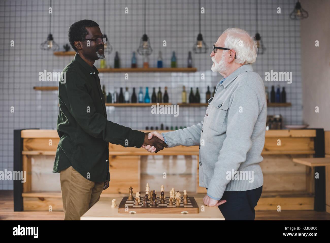 Alti uomini giocare a scacchi Immagini Stock
