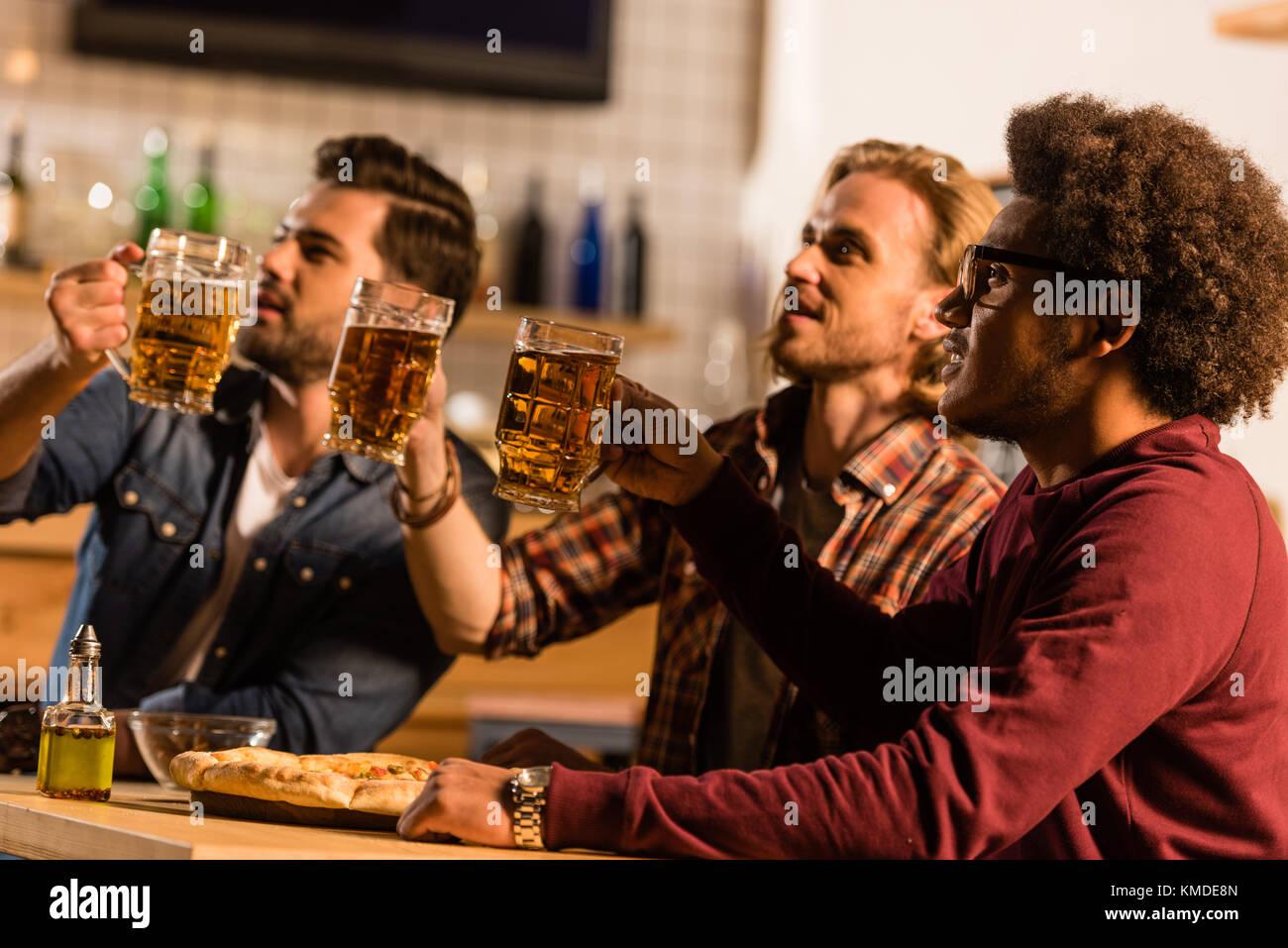 Amici con pizza e birra in bar Immagini Stock