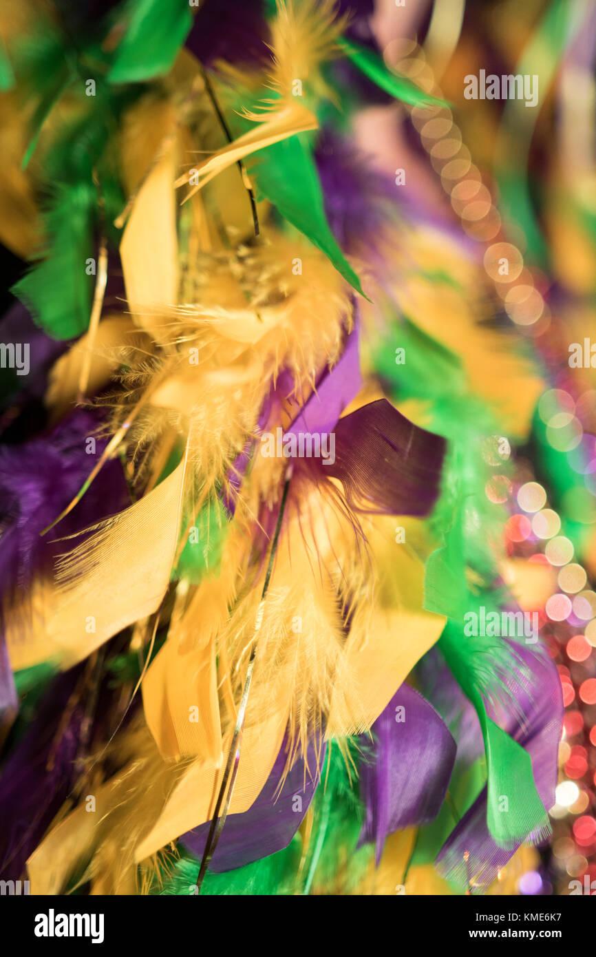 Oro verde e viola Mardi Gras boa di piume e perle Immagini Stock 136f12bbbb17