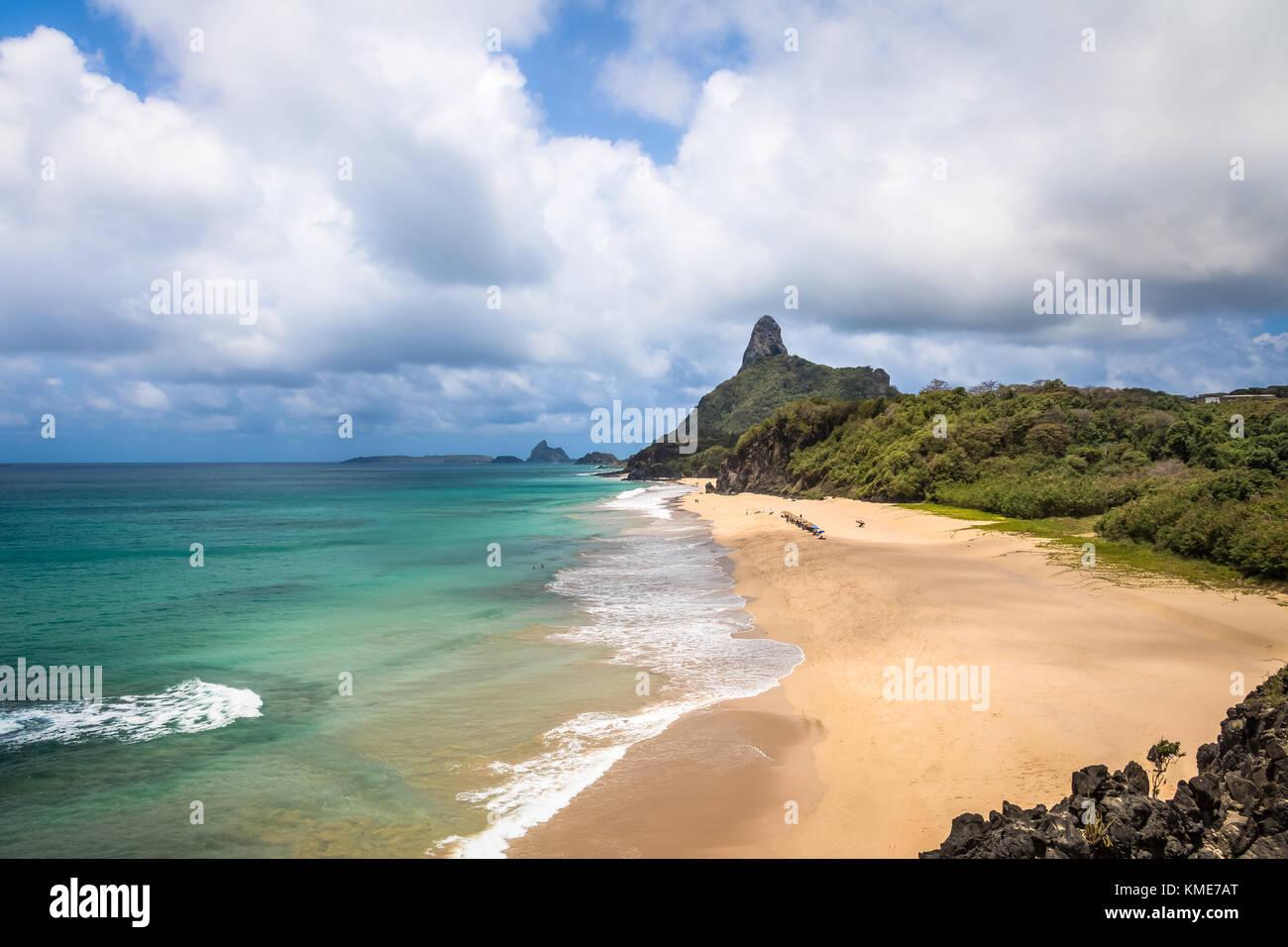 Vista aerea del mare interno (mar de dentro) spiagge e Morro do Pico - Fernando de Noronha, Pernambuco, Brasile Immagini Stock