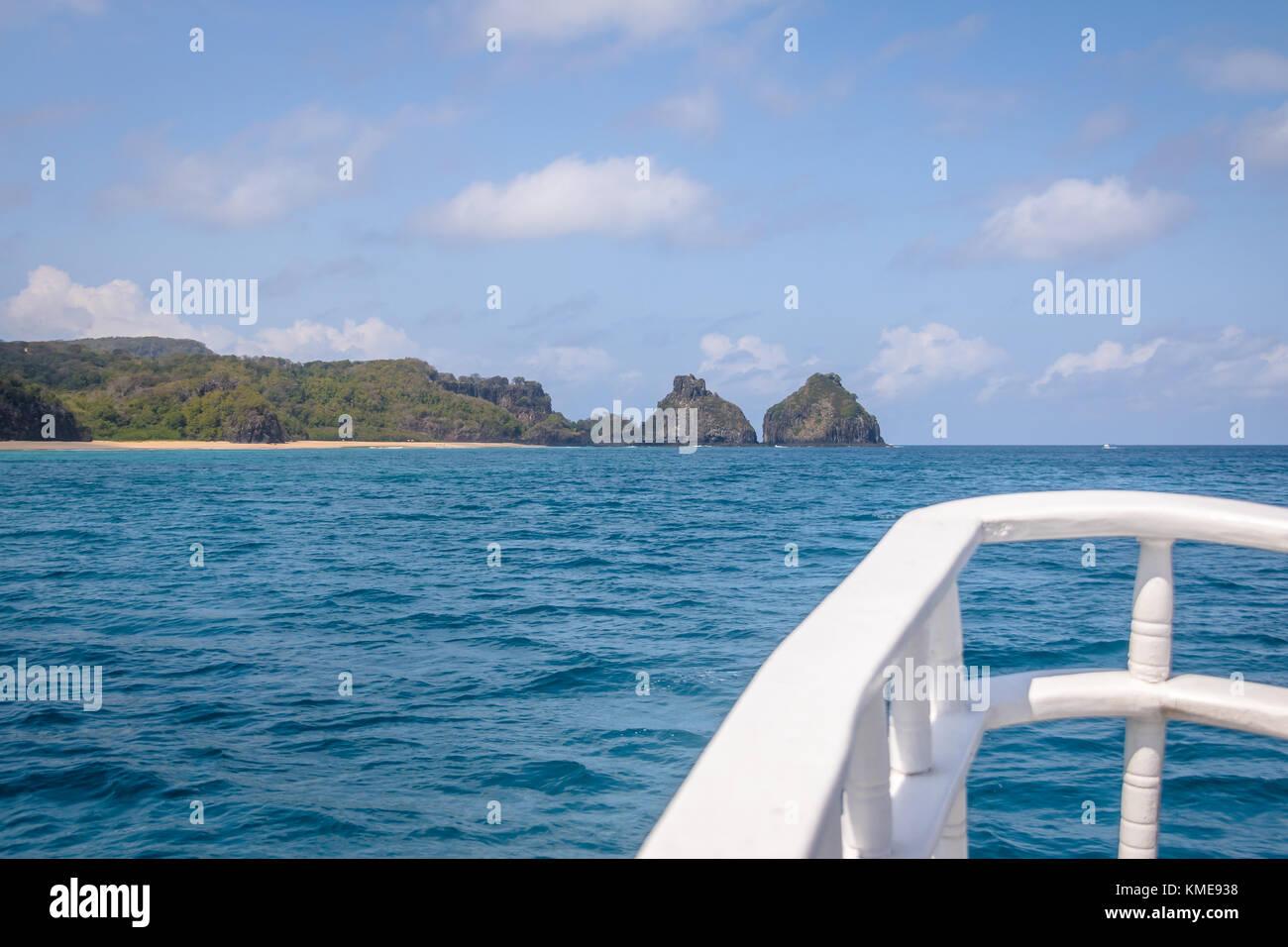 Morro Dois Irmaos vista da una barca in mare interno (mar de dentro) - Fernando de Noronha, Pernambuco, Brasile Immagini Stock