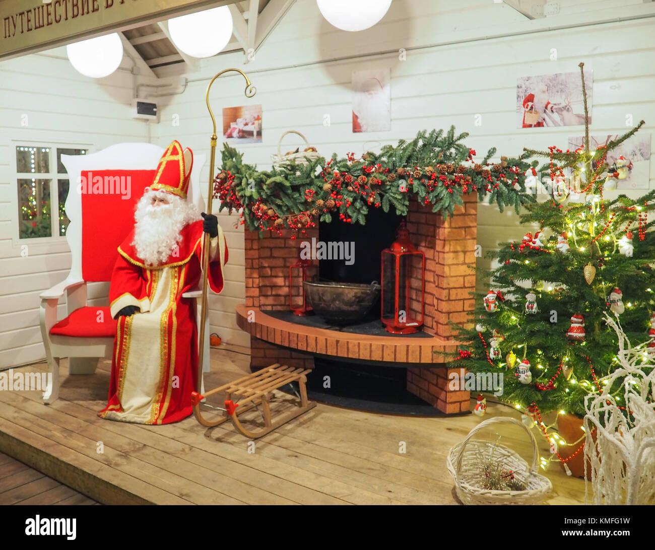 Babbo Natale In Casa.Un Babbo Natale In Casa Sua Seduta Nel Suo Grande Sedia Rossa Vicino