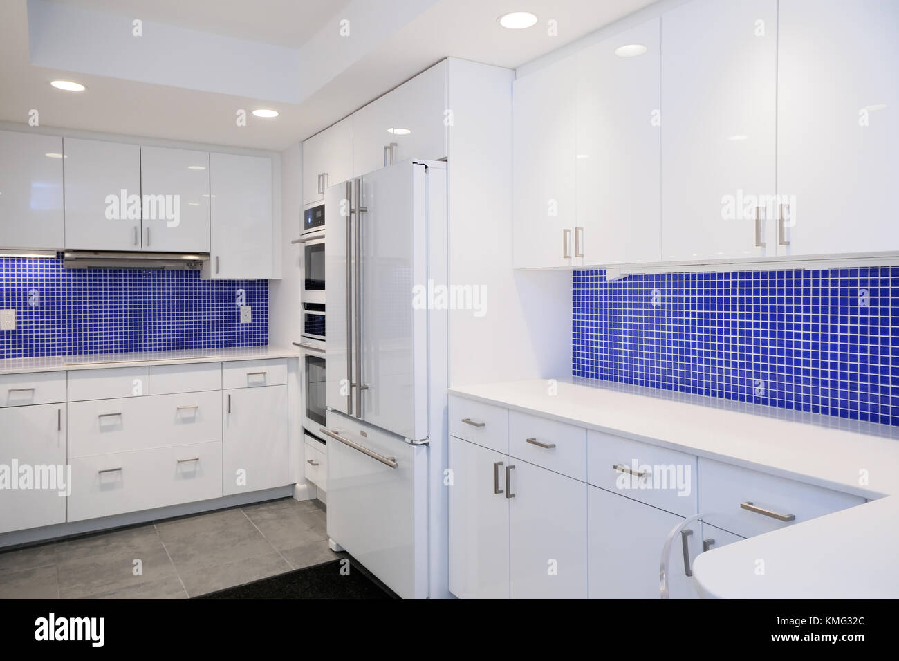 Cucina rimodellare interni con piastrelle blu pareti e