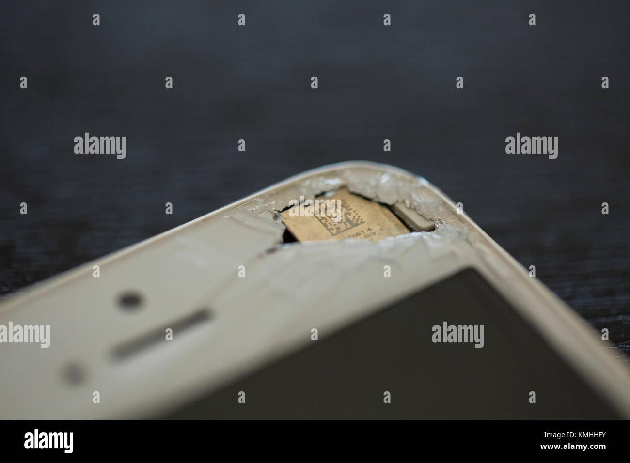 85ef84d356d Apple iPhone 6 danneggiato con uno schermo rotto e un foro in un angolo.  Immagini