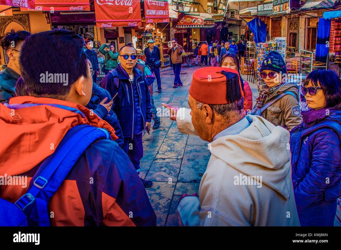 Il Marocco, Fes, un tour con guida di turisti asiatici, nel ''Medina'' (parte Vecchia) di Fes. Immagini Stock
