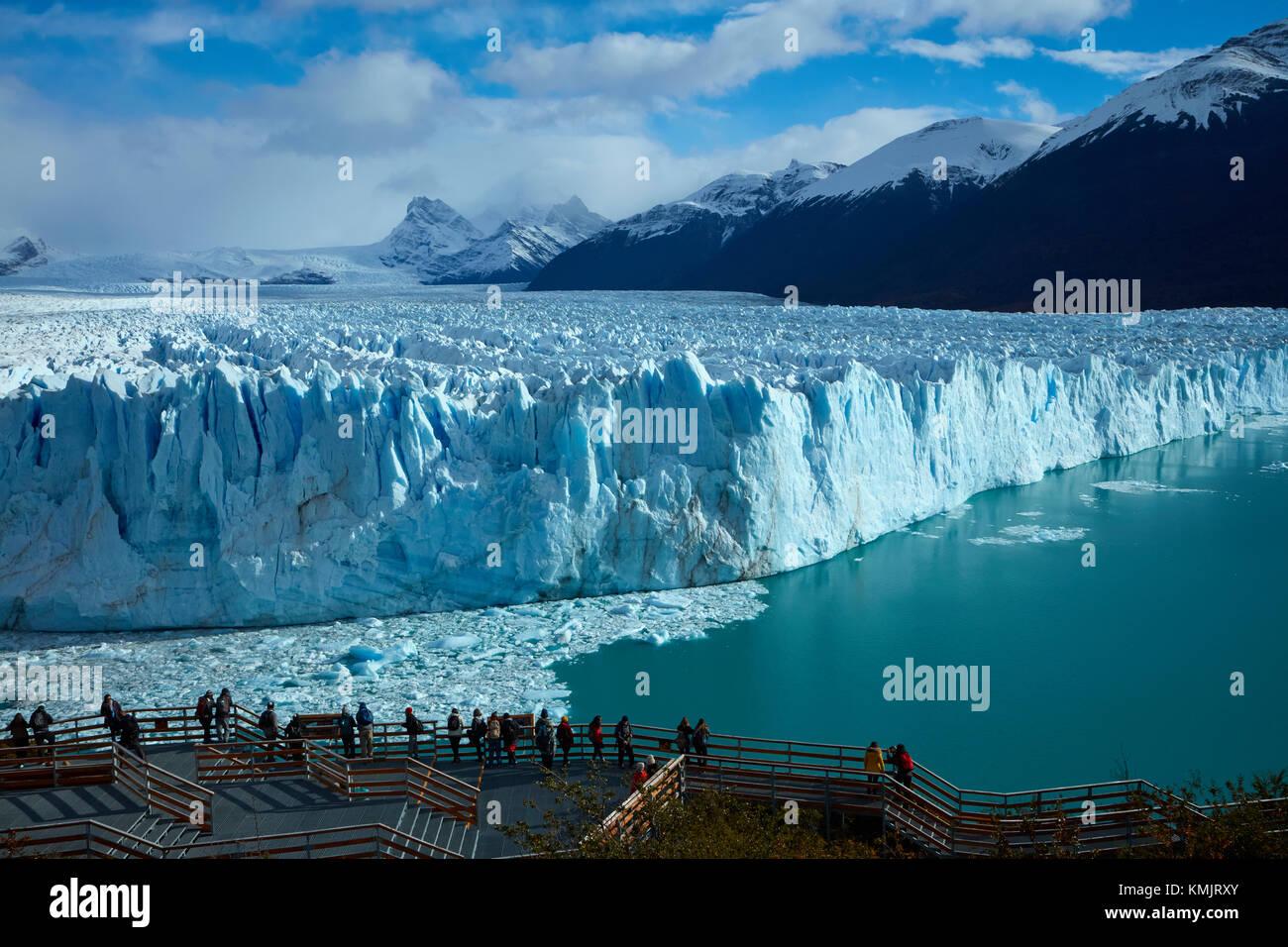 I turisti sul marciapiede e il ghiacciaio Perito Moreno, Parque Nacional Los Glaciares (area del patrimonio mondiale), Patagonia, Argentina, Sud America Foto Stock