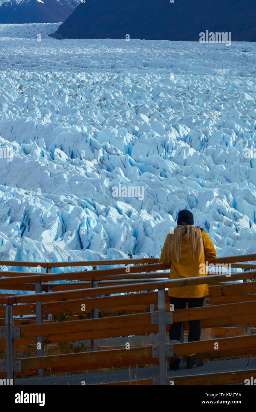 Tourist sul marciapiede e il ghiacciaio Perito Moreno, Parque Nacional Los Glaciares (area del patrimonio mondiale), Patagonia, Argentina, Sud America (MR) Foto Stock