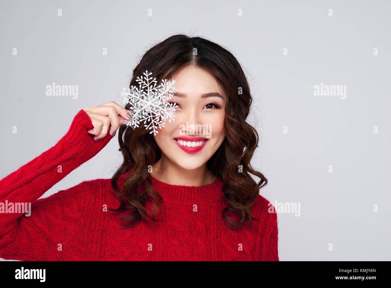 35330ef3e093 Ritratto di bellezza inverno ragazza asiatica in maglia rosso vestito di  lana Immagini Stock