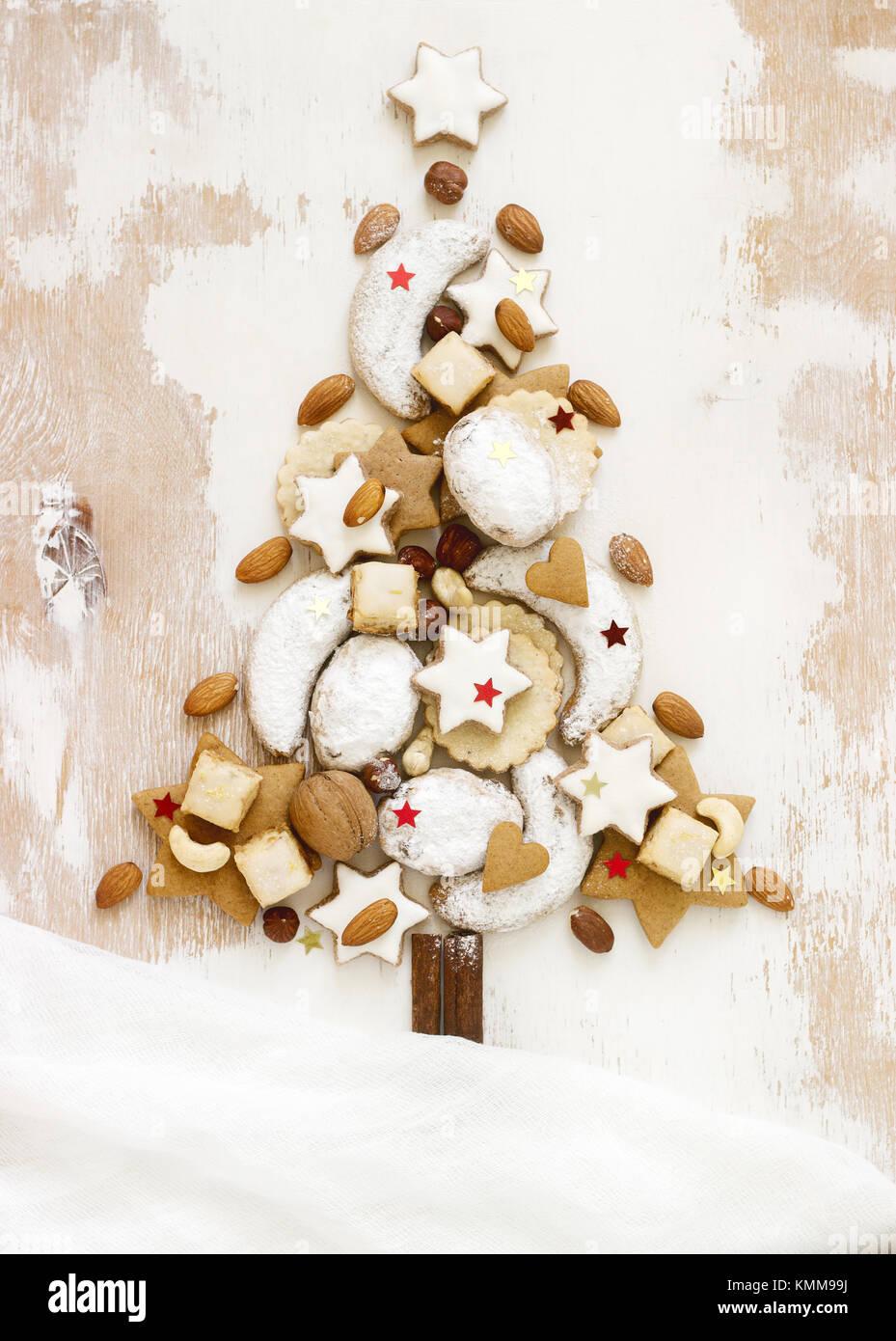 Albero Di Natale Fatto Con I Biscotti.Albero Di Natale Fatto Da Diversi Tipi Di Biscotti Fatti In Casa Su Uno Sfondo Bianco Foto Stock Alamy