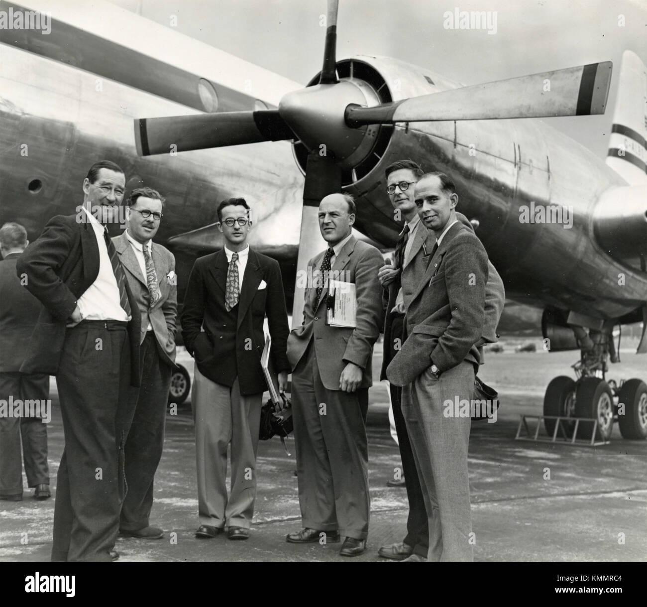 Gruppo di uomini sul runaway vicino agli aeromobili, Regno Unito degli anni cinquanta Immagini Stock