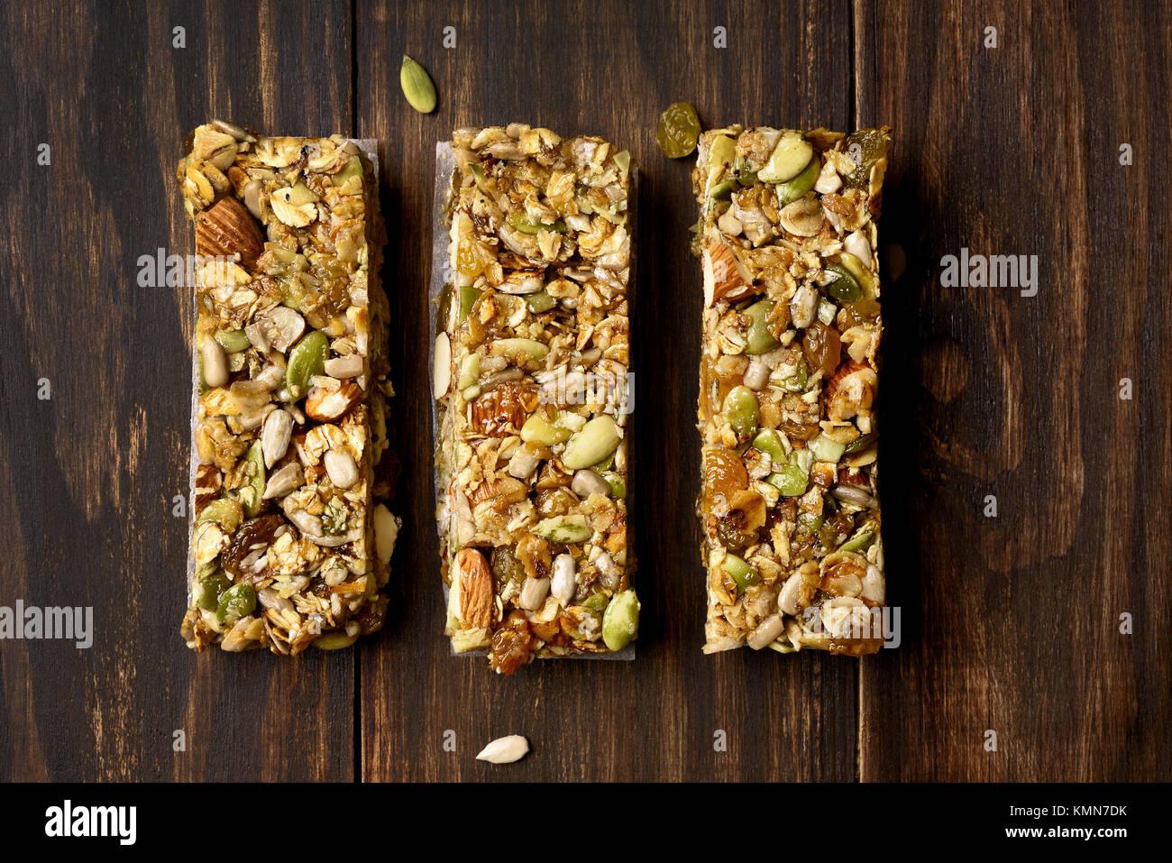 Cereali granola bar. Snack di energia su sfondo di legno. Vista superiore piana e cibo laici. Immagini Stock