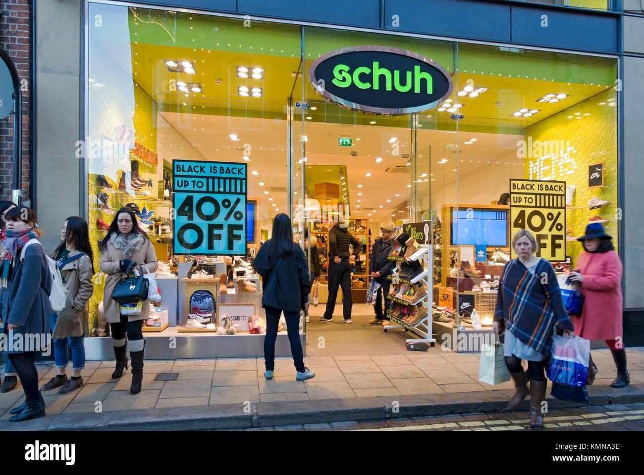 0db7bad97ccb9c Venerdì nero segni su Schuh negozio di scarpe store window England Regno  Unito Regno Unito GB