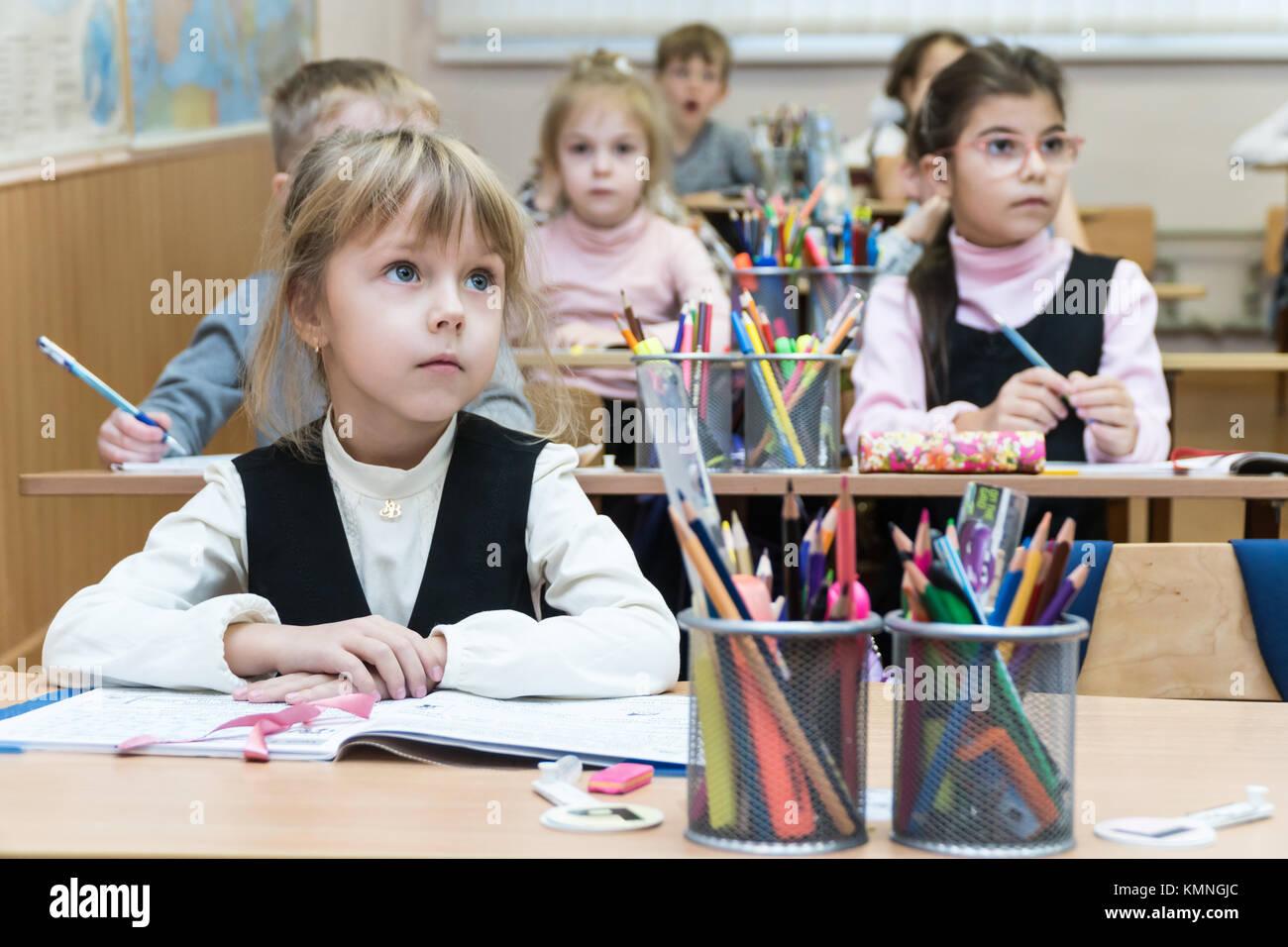 Scrivania Per Bambini Elementari : Kharkov ucraina novembre i bambini delle elementari si