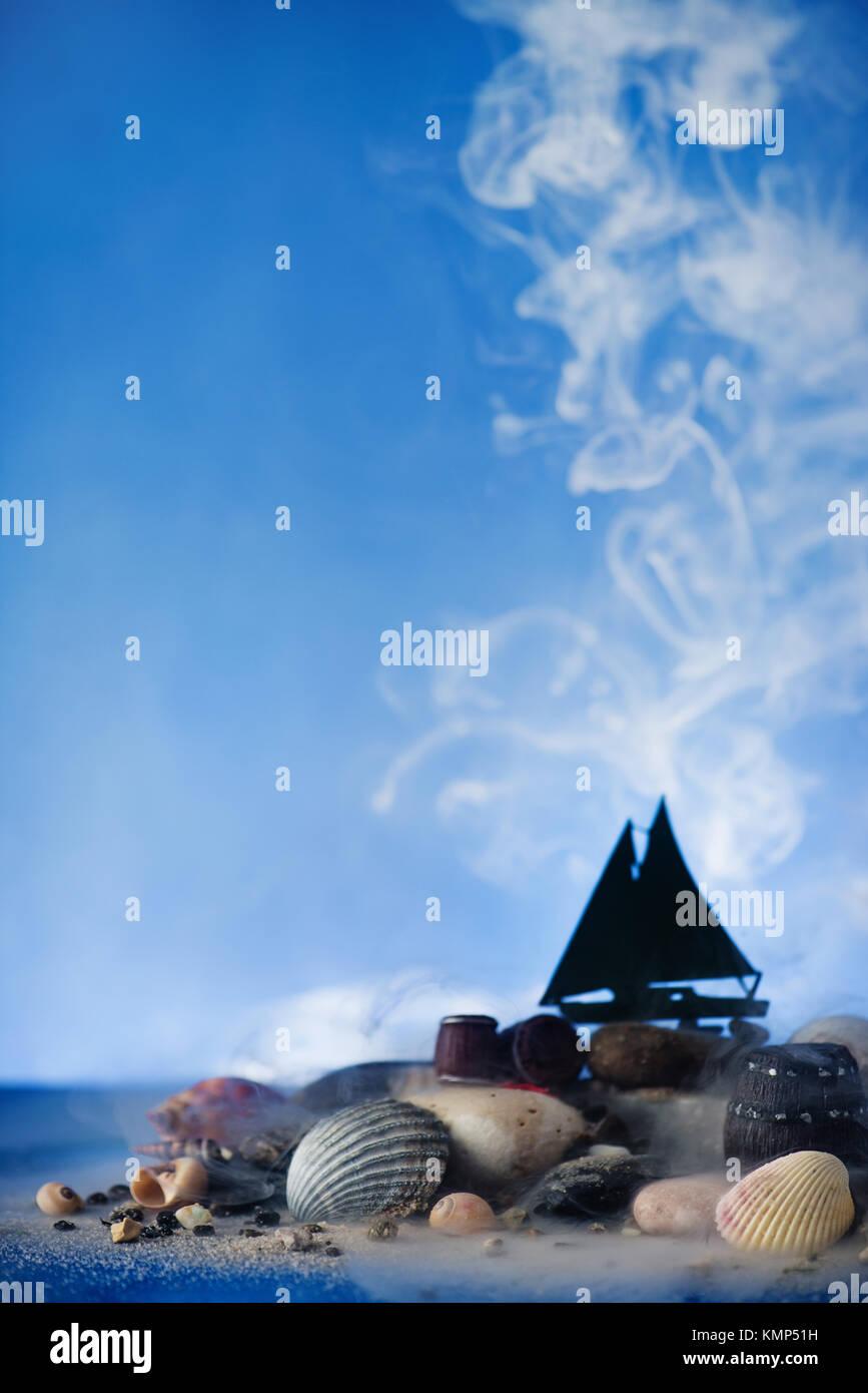 Natura morta marina con la nave a vela silhouette su pietre e conchiglie su un cielo blu con nuvole di vapore. Papercraft Immagini Stock