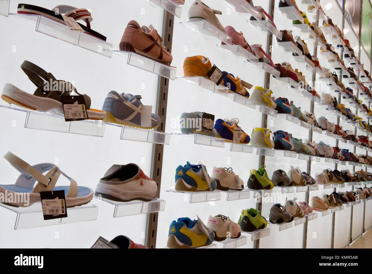 33897a376735b Sports Shoes In Shoe Shop Immagini   Sports Shoes In Shoe Shop Fotos ...