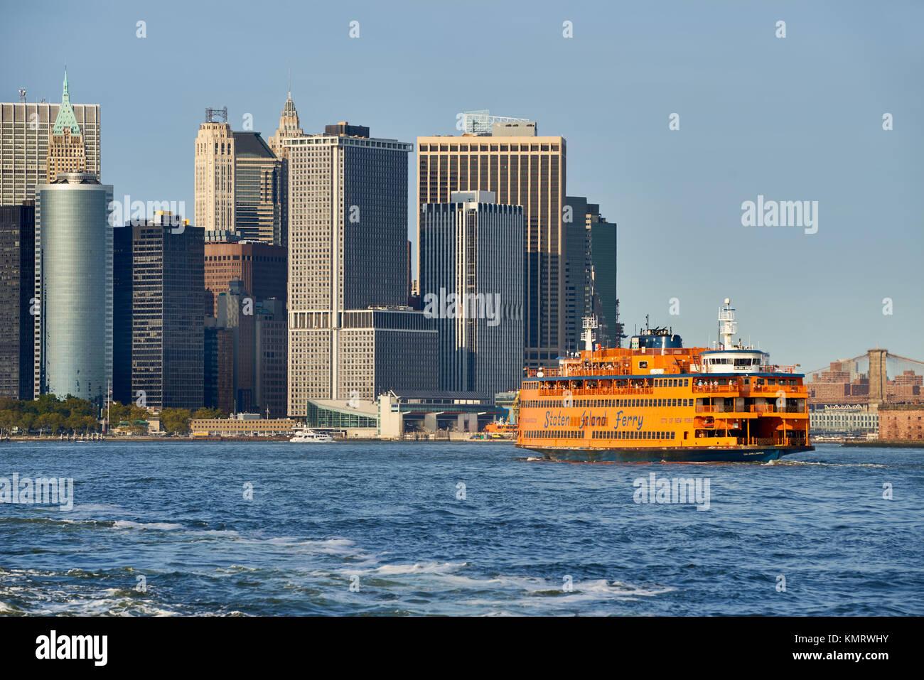 Il quartiere finanziario di grattacieli e Staten Island Ferry. La parte inferiore di Manhattan, New York City Harbour Immagini Stock