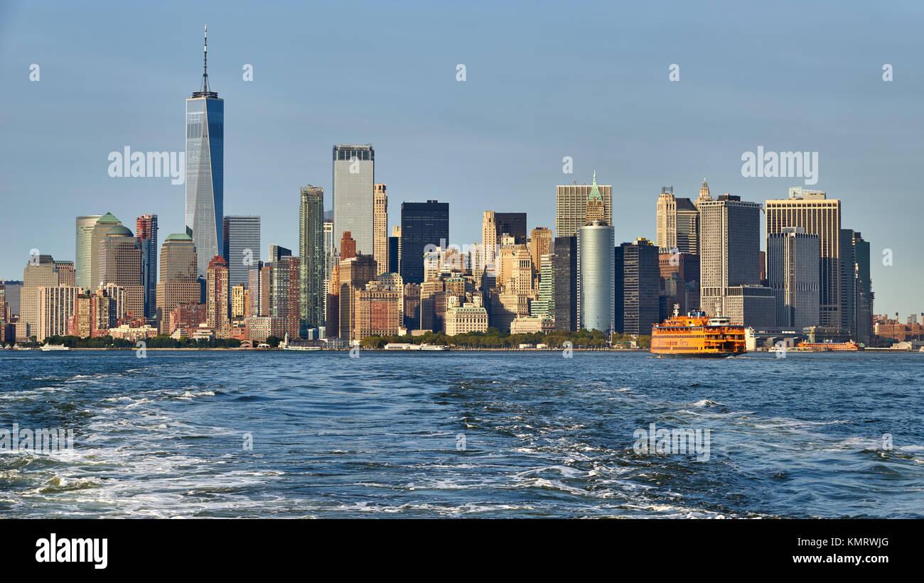 Vista panoramica sul quartiere finanziario grattacieli (One World Trade Center) con la Staten Island Ferry. La parte Immagini Stock