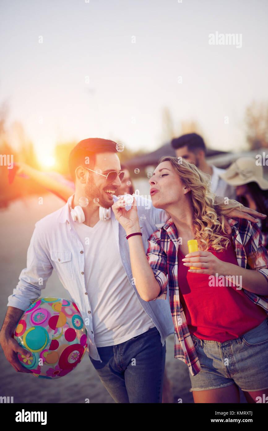 I giovani per divertirsi in spiaggia in estate Immagini Stock