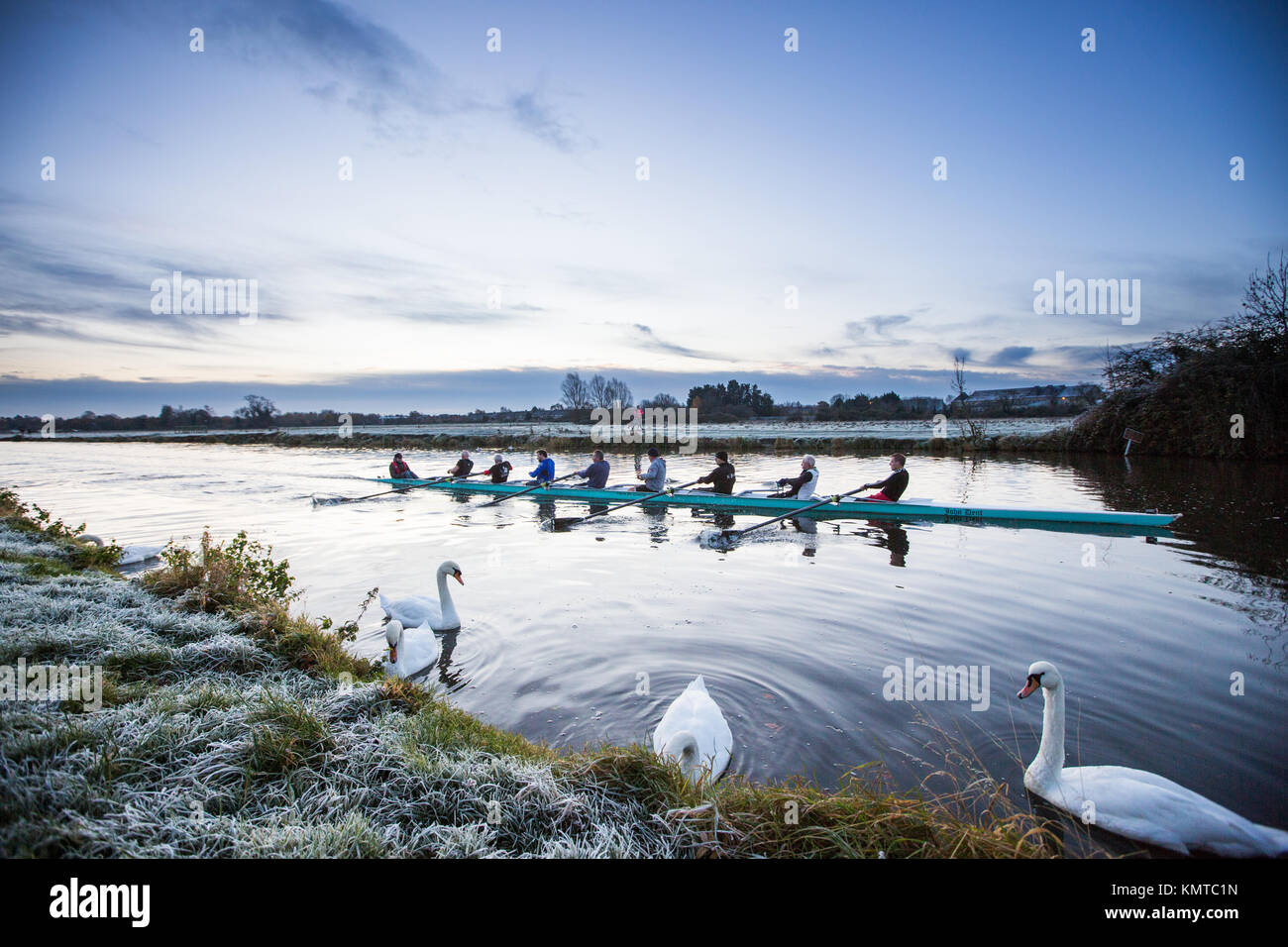 I rematori fuori sul fiume Cam in Cambridge in un freddo congelamento Sabato mattina all'alba. Immagini Stock