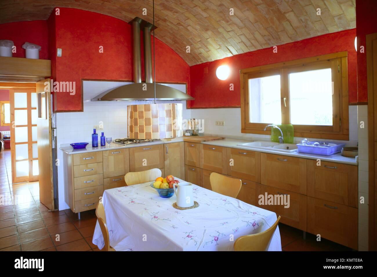 Cucina con barrelt vault ceeling parete rossa in stile