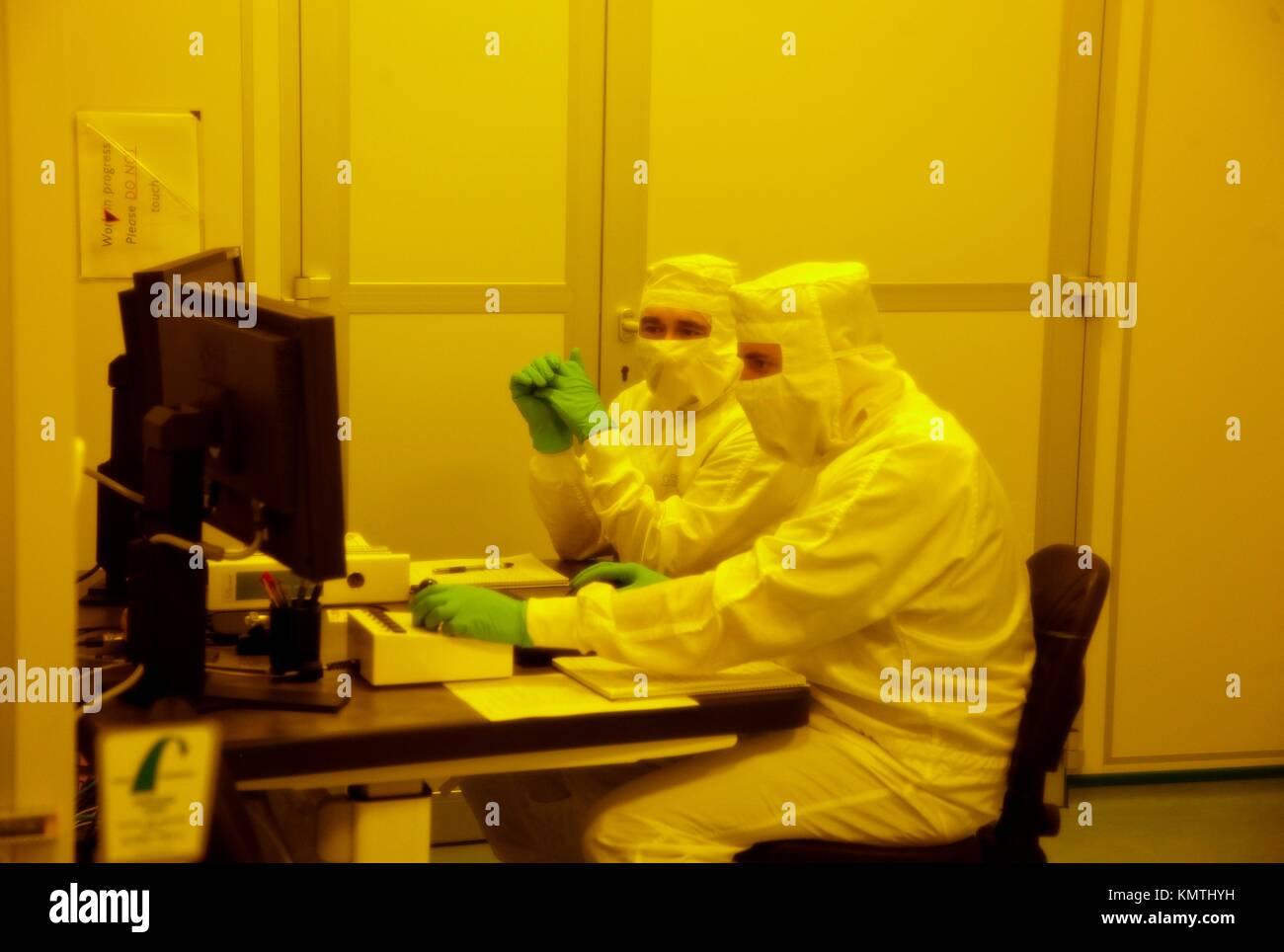 Revisando en el microscopio electrónico el resultado de la litografía por haz de electrones, Sala blanca, Immagini Stock