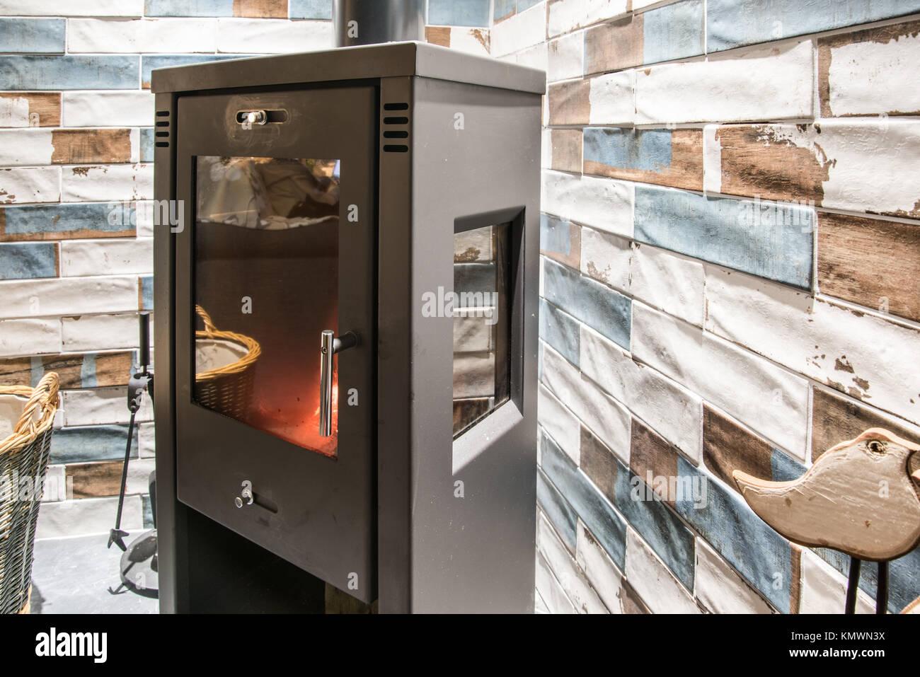 Moderna stufa stufa a legna in casa moderna con mattoni colorati