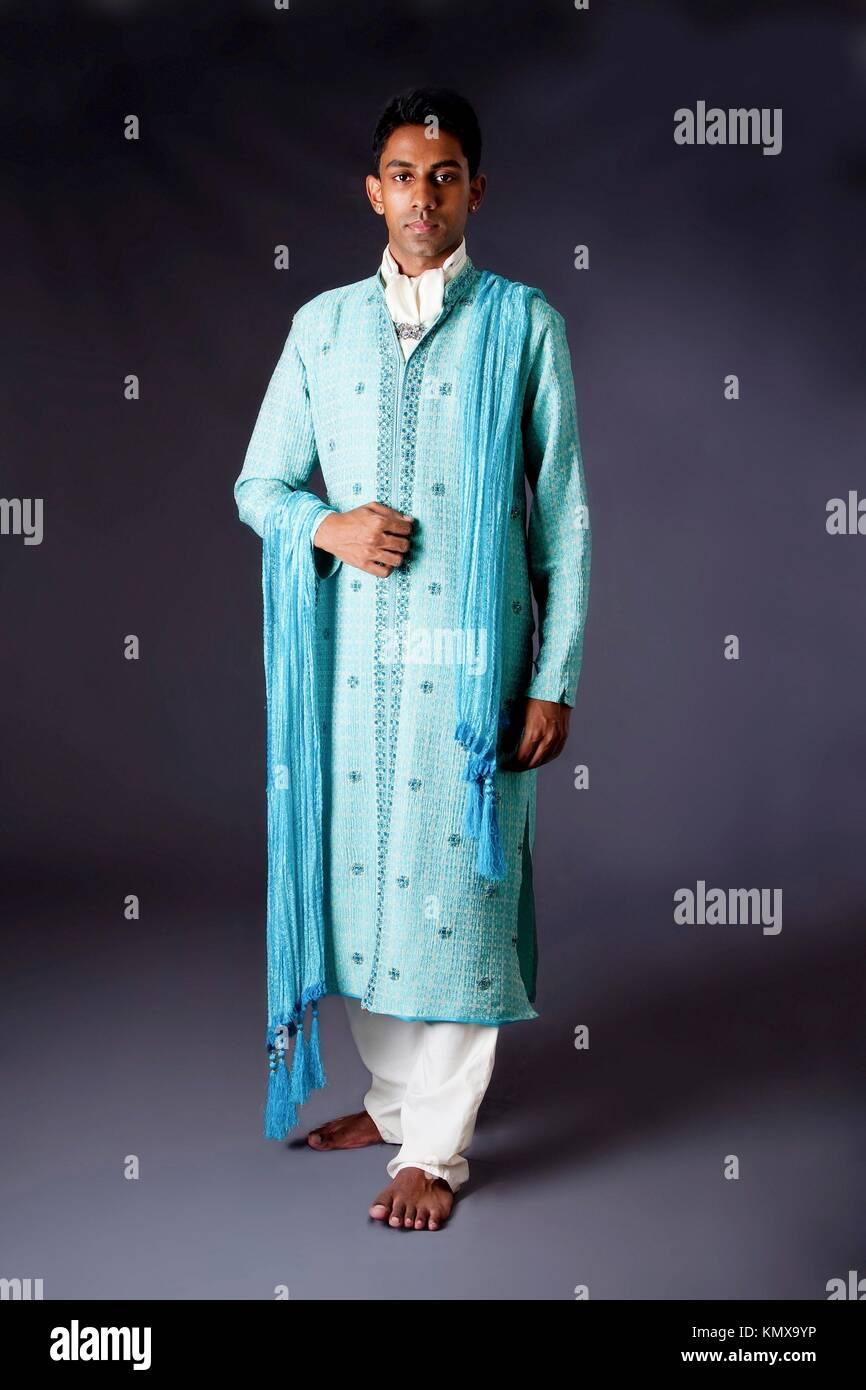sulle immagini di piedi di comprando ora scarpe da skate Bella indiano autentico uomo indù in tipico etnico sposo abito ...