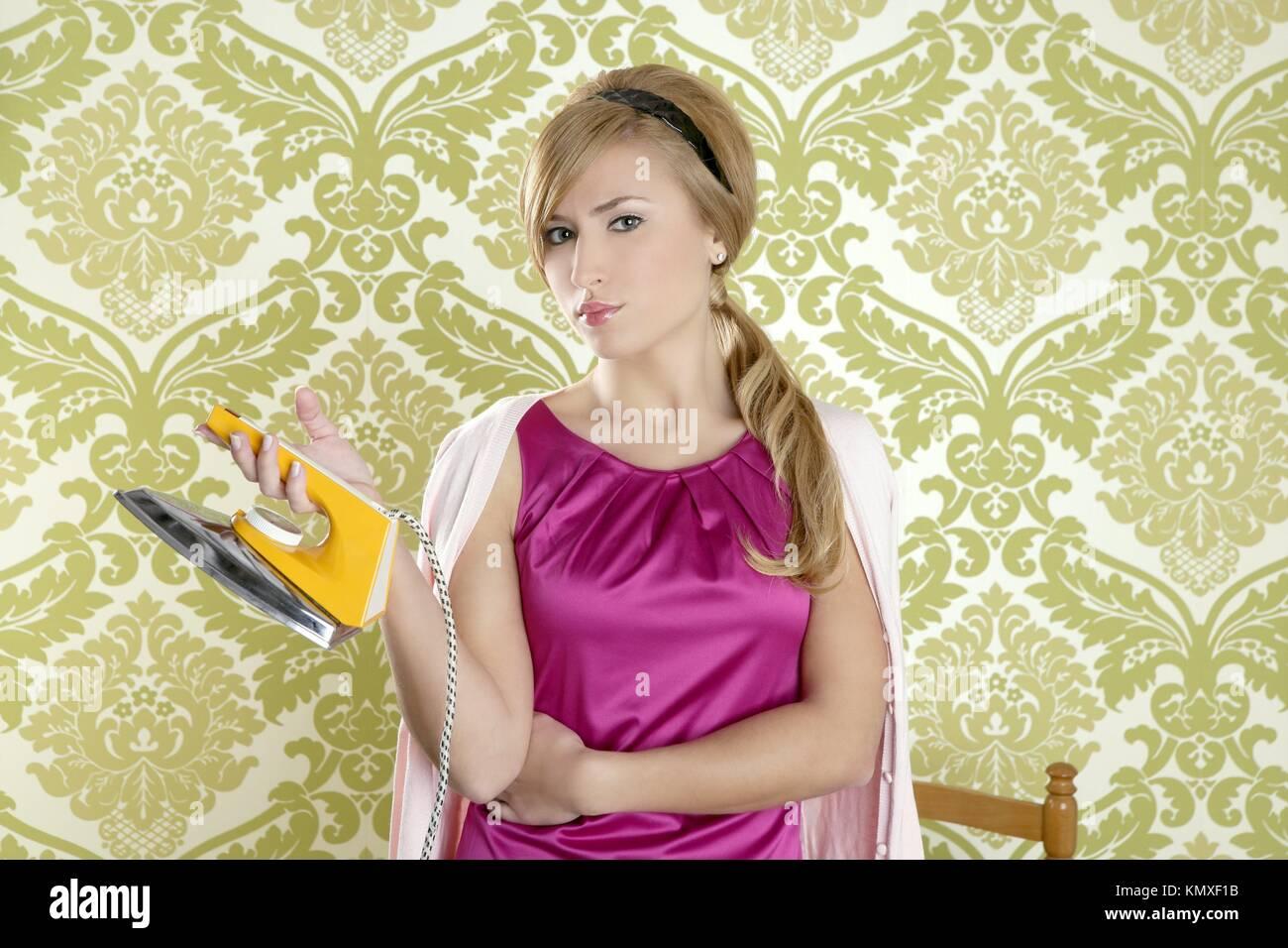 Ferro da stiro vintage retrò donna casalinga umorismo sfondo Immagini Stock ef3262ed20a3