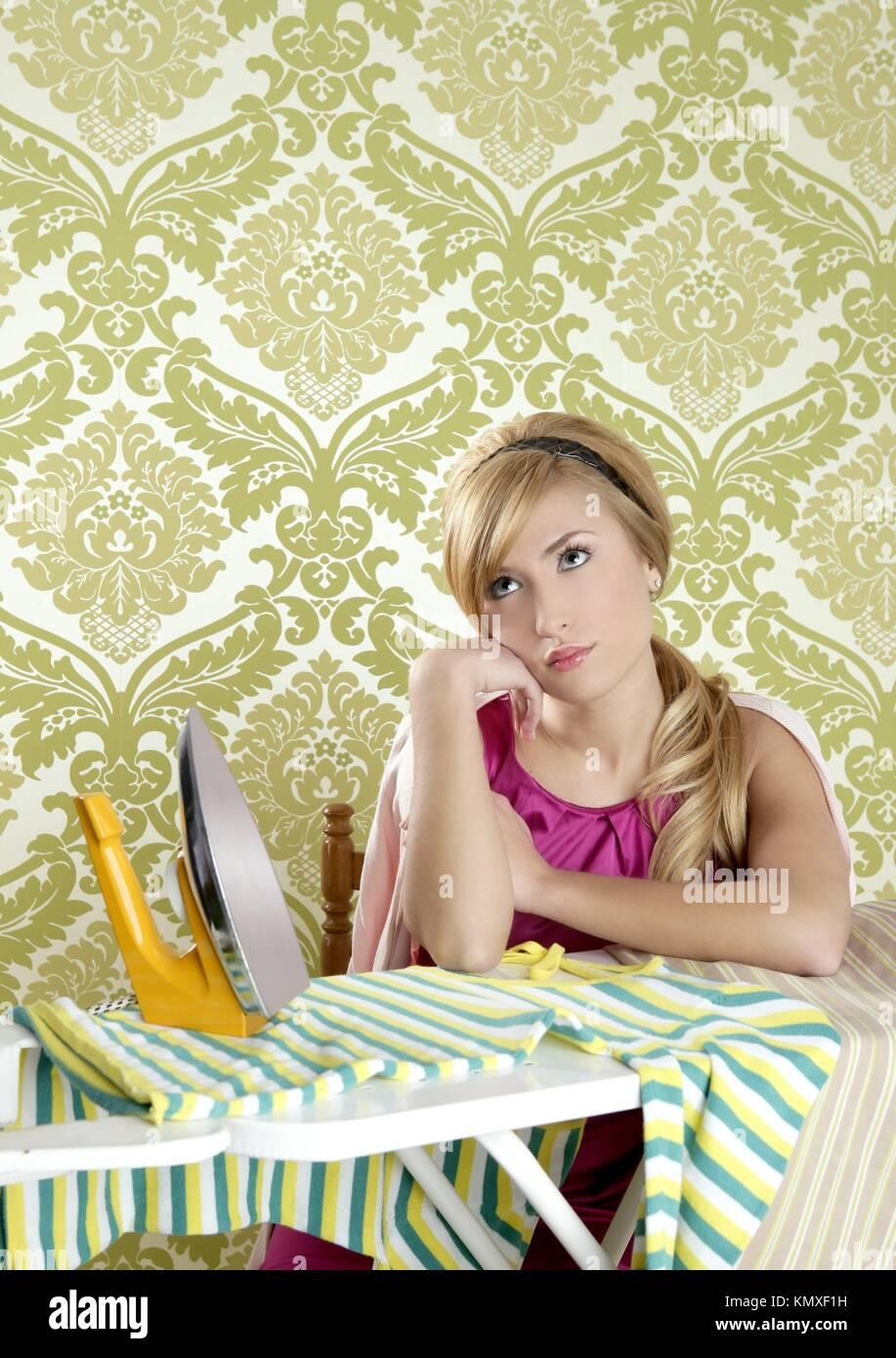 Retrò casalinga donna vintage clotes ferro stanco di lavorare Immagini Stock 6c6d4d8aec4e
