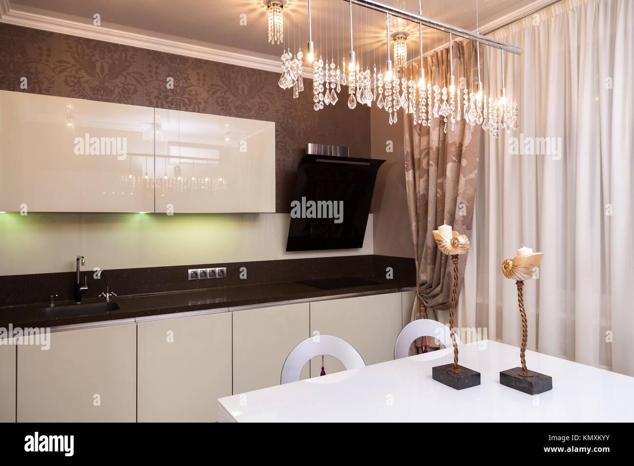 Moderna cucina bella toni di marrone e beige in stile hi-tech Foto ...