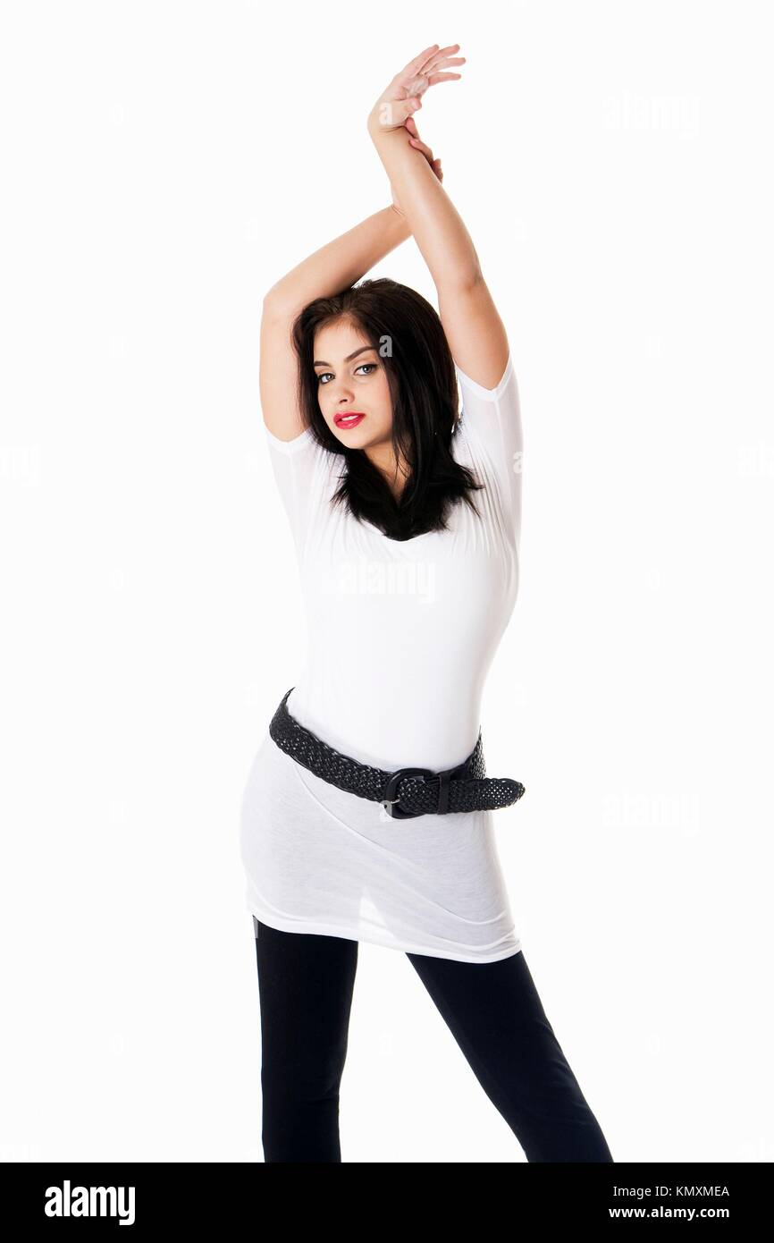 Bella bruna divertente ispanica caucasica Latina donna con rossetto rosso  in piedi con le mani in 9e314bae697