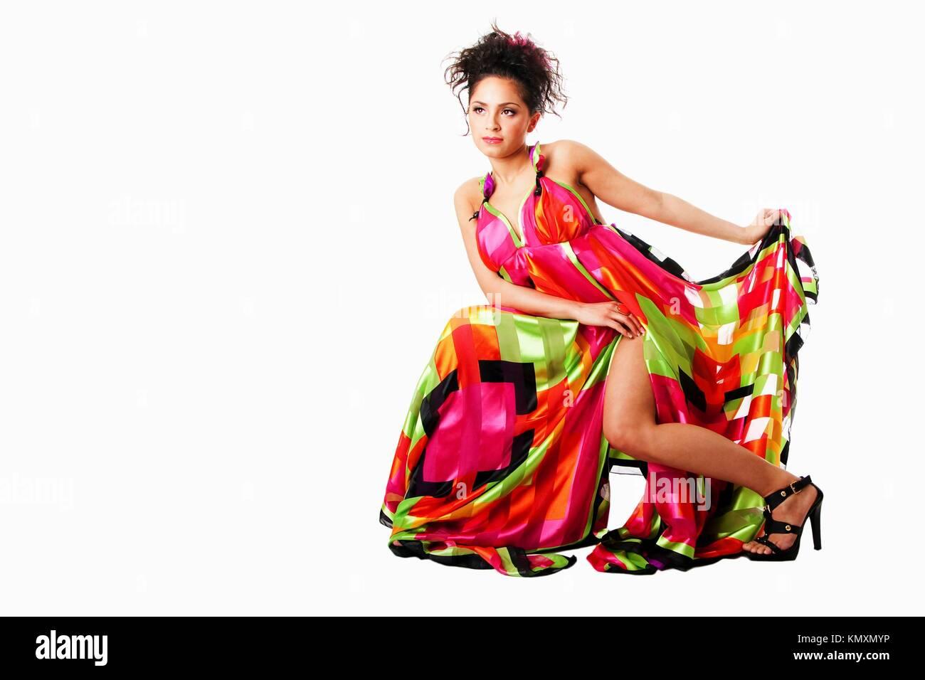 Bella ispanica caucasica Latina modello moda donna che indossa abiti  colorati 6e767bf28da