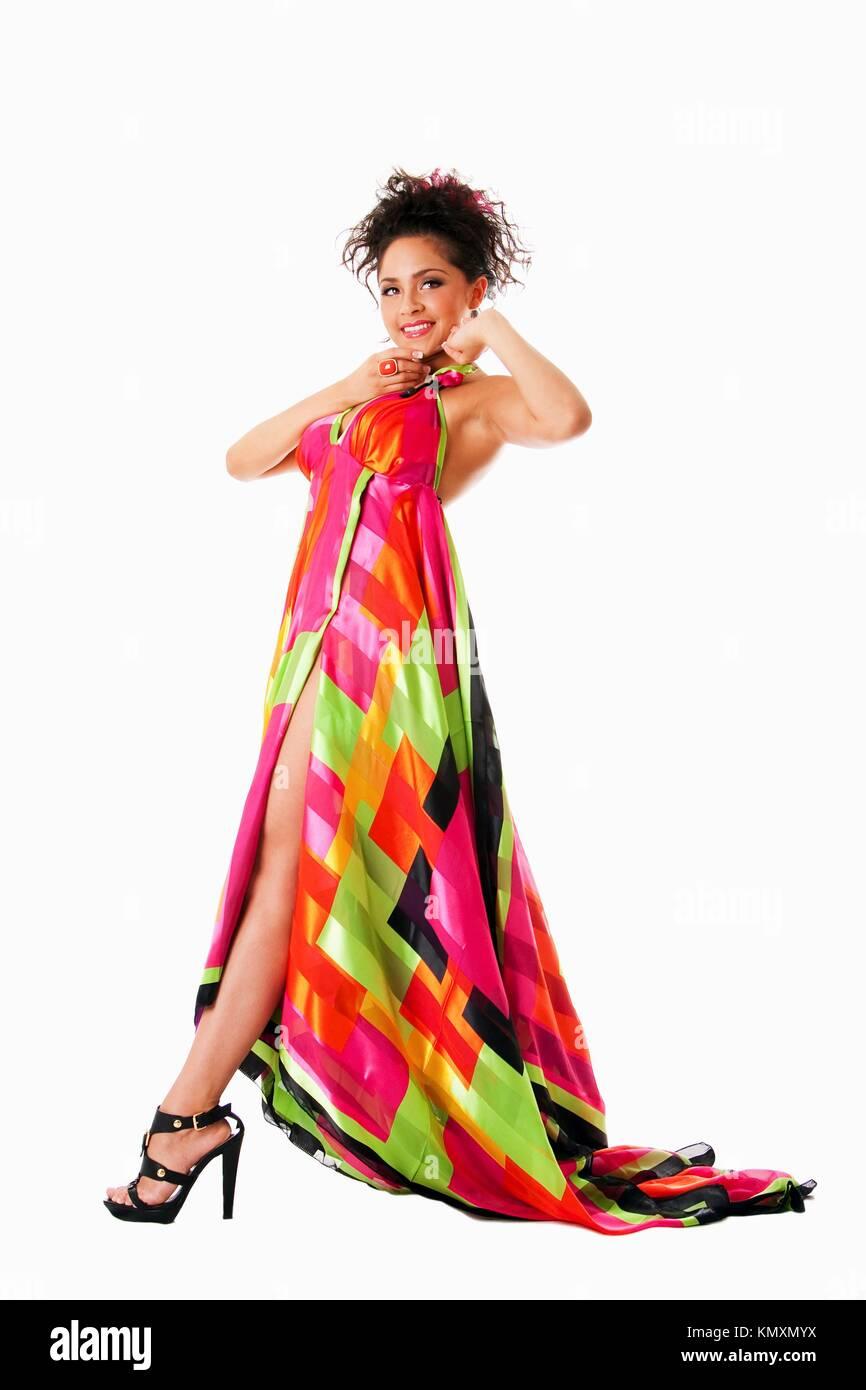 Bella alti ispanica caucasica Latina modello moda donna che indossa abiti  colorati 3e4b01b1094