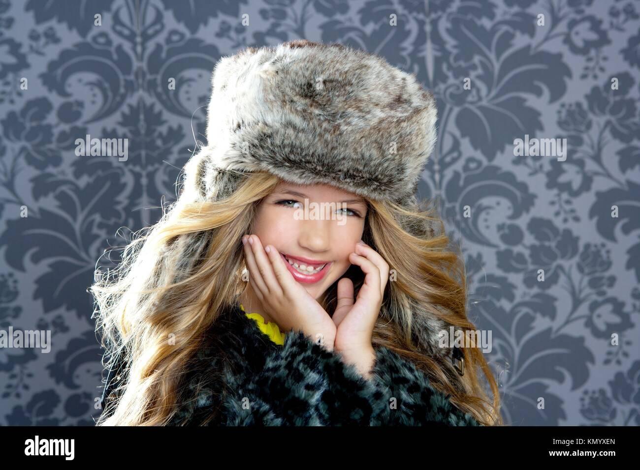 Bambini Moda ragazza con l inverno leopard cappotto e cappello di pelliccia  su sfondo rétro 6c2c7b33c9e4