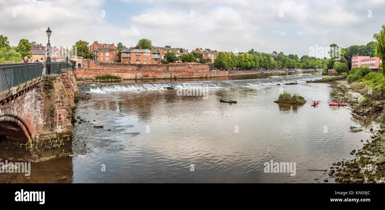 Vista sul fiume Dee e le mura di cinta della città di Chester; Cheshire, Inghilterra. | Aussicht ueber den Immagini Stock