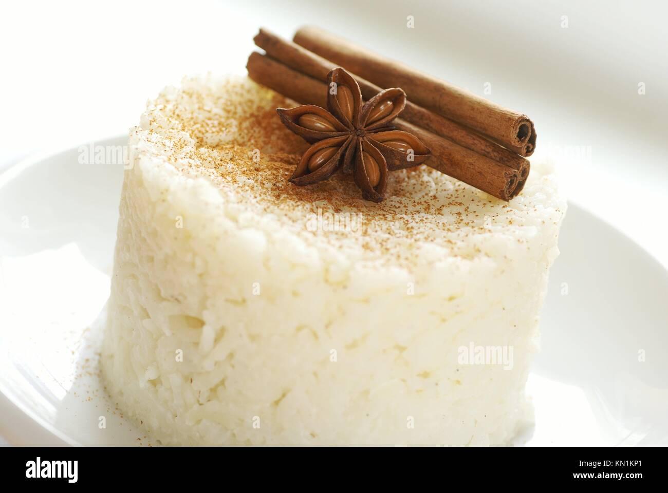 Dolci budino di riso con cannella sulla piastra bianca. Immagini Stock
