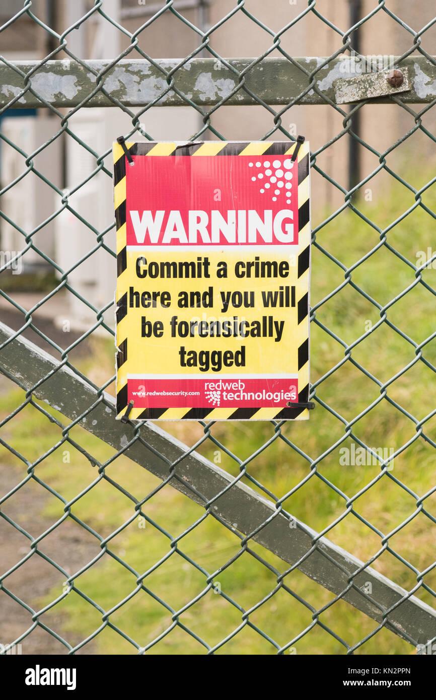 Il tagging forense segno di avvertimento sul recinto di sicurezza - commettere un reato qui e ti verrà forensically Immagini Stock
