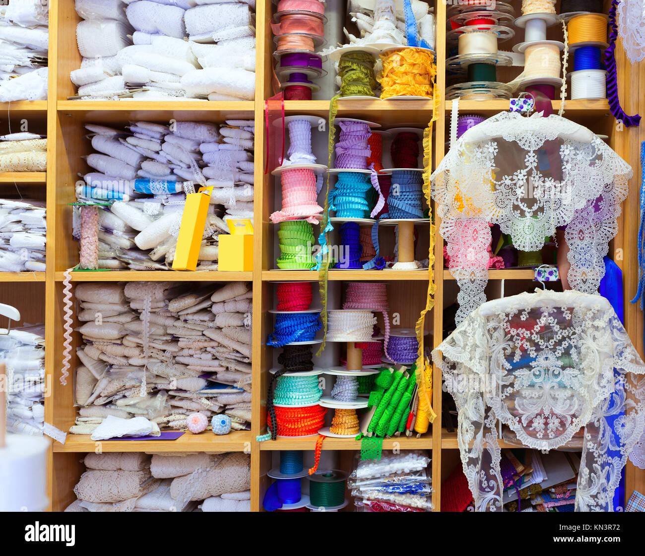 I dettagli di Valencia del ricamo nella vecchia merceria in Plaza Redonda in Spagna. Foto Stock