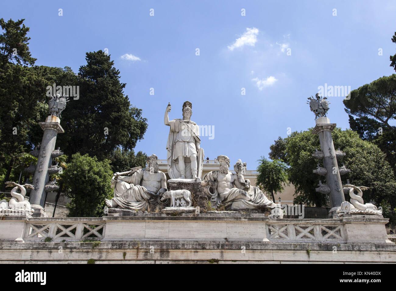 Dea Roma tra il Tevere e l'Aniene, fontana sul lato est di Piazza del Popolo, contro il ripido pendio del Pincio, Immagini Stock
