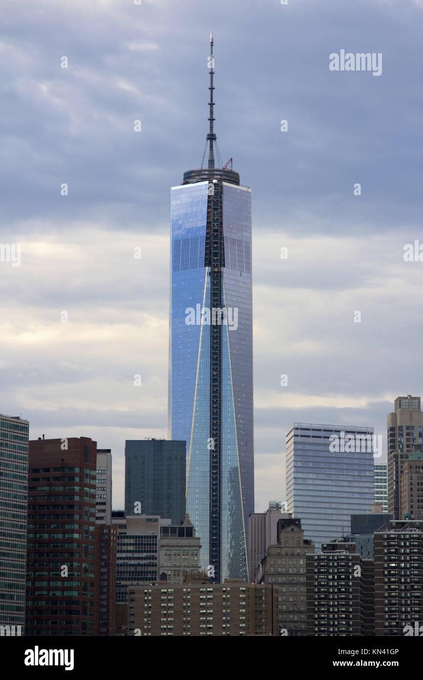 Libertà la costruzione della torre nel centro cittadino di Manhattan insieme contro la sera nuvole come si Immagini Stock